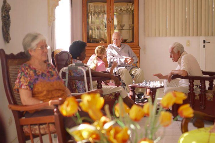 Seniorengruppe im Gemeinschaftsraum einer Demenzwohngemeinschaft
