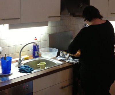 Pflegkarft spült in der Küche der Demenzwohngruppe und Demenzwohngemeinschaft Pappelweg Castrop-Rauxel