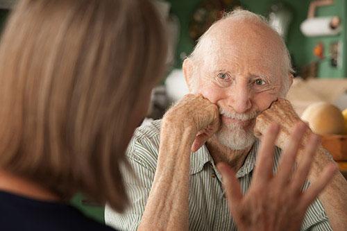Demenziell veränderter Mann starrt ins Leere