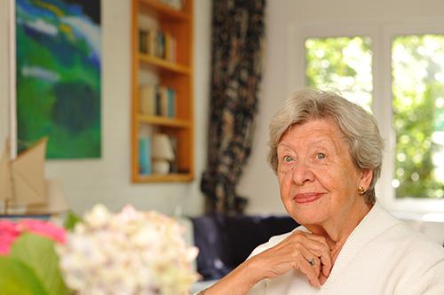 Demenziell veränderte ältere Dame starrt abwesend ins Leere
