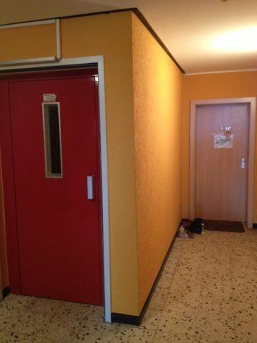 Hausflur mit roter Aufzugtür in der Demenzwohngruppe und Demenzwohngemeinschaft Wuppertal Sternenberg