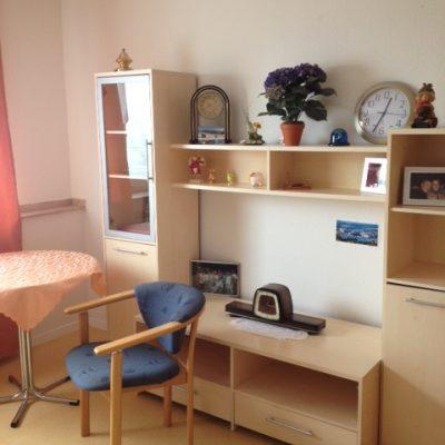 Zimmer mit Regalwand in der Demenzwohngruppen und Demenzwohngemeinschaften Wuppertal Sternenberg
