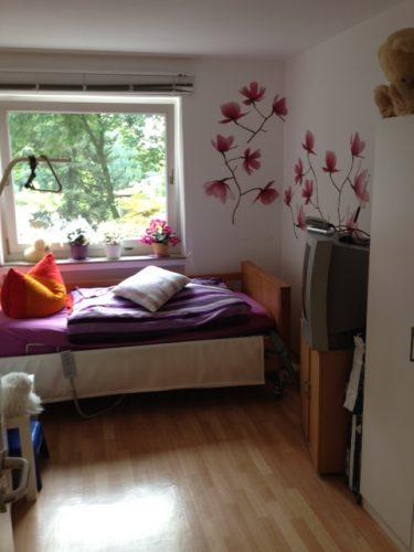 Einzelzimmer mit Bett in der Demenzwohngruppe und Demenzwohngemeinschaft Dortmund Adalbertstr