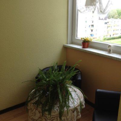 Sitzecke und Tisch mir Farn in der Demenzwohngruppe und Demenzwohngemeinschaft Dortmund Speckstr