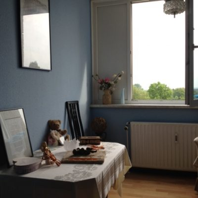 Tisch mit Erinnerungen in der Demenzwohngruppe und Demenzwohngemeinschaft Dortmund Speckstr