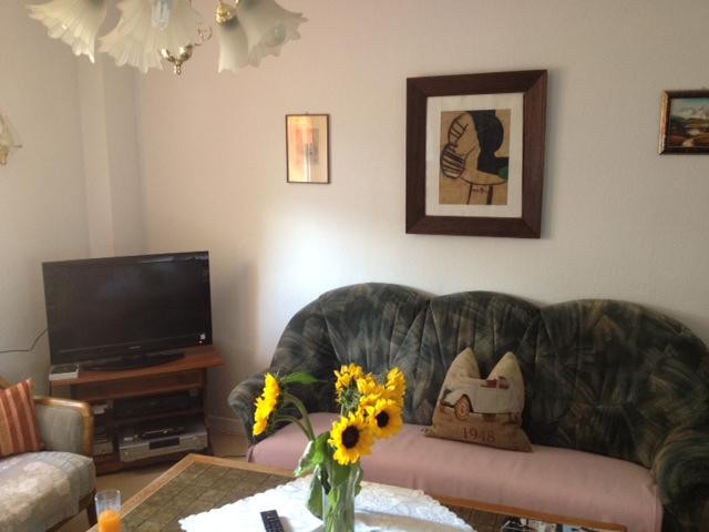 Wohnzimmer mit Fernseher und Couch in der Demenzwohngruppe und Demenzwohngemeinschaft Herne Am Buschmannshof