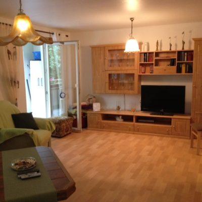 Großes Einzelzimmer mit Regalwand, Sofe und Tisch in der Demenzwohngruppe und Demenzwohngemeinschaft Dortmund Adalbertstr