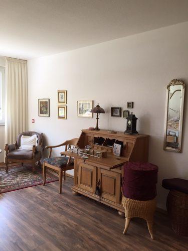 Schreibtisch und Stühle in der Demenzwohngruppe und Demenzwohngemeinschaft Gladbeck Hammerstr
