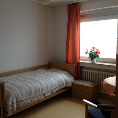 Zimmer mit Bett und Nachttisch in einer Demenzwohngruppen und Demenzwohngemeinschaften Wuppertal Sternenberg