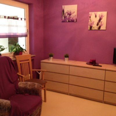 Einzelzimmer mit Sideboard und Sessel in der Demenzwohngruppe und Demenzwohngemeinschaft Dortmund Adalbertstr