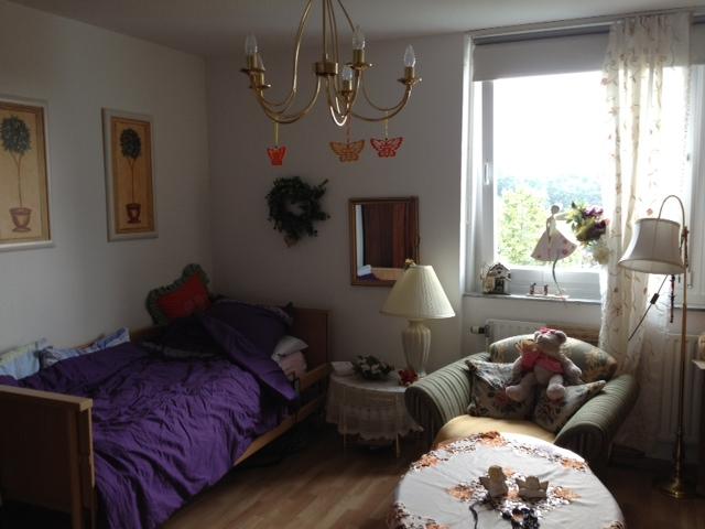 Einzelzimmer Bett und Sessel in der Demenzwohngruppe und Demenzwohngemeinschaft Dortmund Spannstr